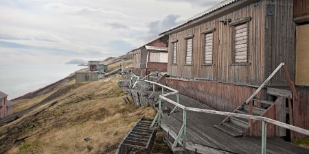 Today about 1000 people live in Barentsburg