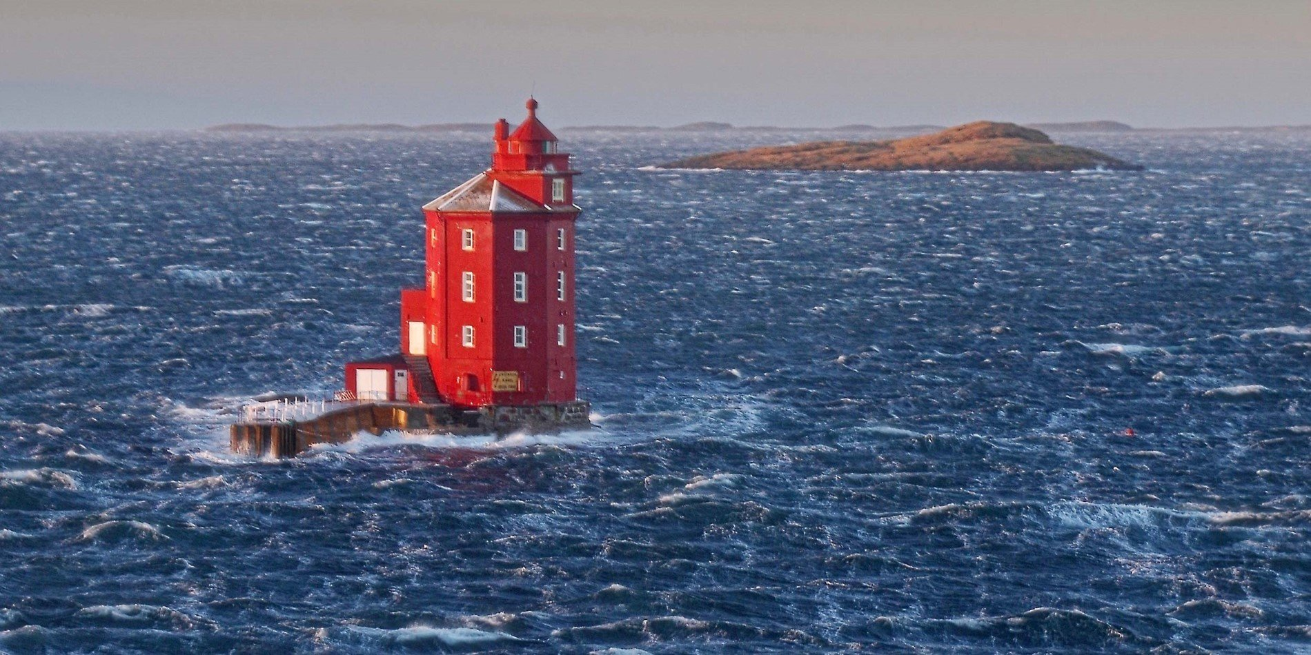 Kjeungskjær Lighthouse in rough weather