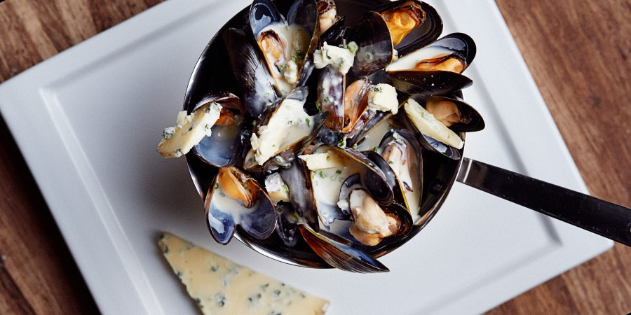 Steamed mussels with blue cheese