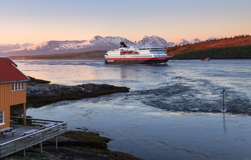 MS Nordnorge passing Rystraumen in Midnight Sun