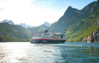 The Hurtigruten ships sail along the Norwegian coastline on a daily basis. This journey is said to be the best way to explore Norway. Each time of year offers a spectacular and unique experience, from the Midnight Sun in summer to the Northern Lights in winter. Spring and autumn cruises also offer unique experiences, making a Norwegian holiday an attractive prospect any time of year.